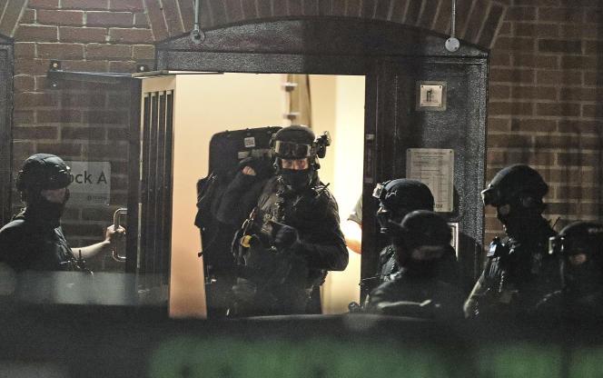 Des forces de police interviennent rue Basingstoke à Reading (Royaume-Uni) après une attaque terroriste, le 20 juin.