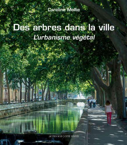 Cette nouvelle édition de« L'Urbanisme végétal», publié en 2010, fait le tour de la question de la présence de l'arbre en ville. Cette présence– dont il n'est plus à démontrer qu'elle est indispensable au bien-être psychique et physique des citadins – se heurte aux contraintes, aux obstacles ou aux choix (essences, taille des sujets à la plantation...) parfois contestables des gestionnaires, des aménageurs, voire des paysagistes eux-mêmes. Quand ne s'y rajoute pas un défaut d'entretien, voire – et c'est souvent pire–un excès. L'auteure, qui a eu la responsabilité d'un programme de protection et de réhabilitation de l'arbre d'ornement, dresse un état des lieux exhaustif, illustré par de nombreux exemples éclairants.