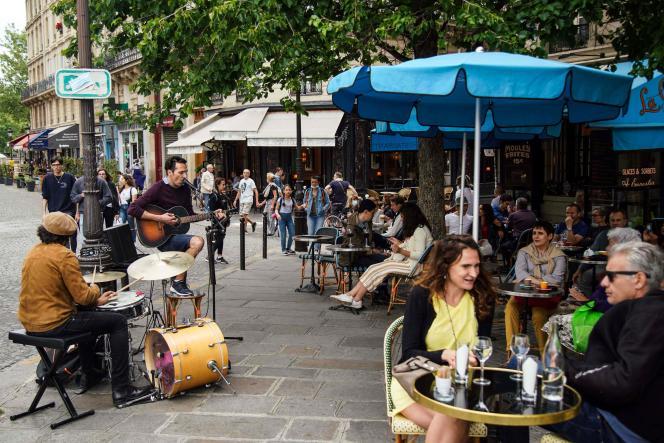 Des musiciens dans une rue de Paris pendant la Fête de la musique, le 21 juin 2020.