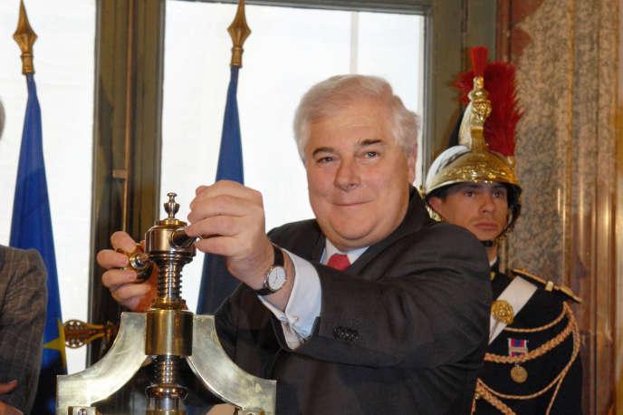 Pascal Clément, le 28 mars2007 à la chancellerie à Paris, lors de la cérémonie de scellement de la loi constitutionnelle du 23 février 2007 relative à l'interdiction de la peine de mort.
