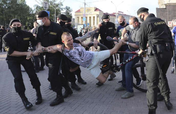 Interpellation d'un manifestant, le 19 juin à Minsk.