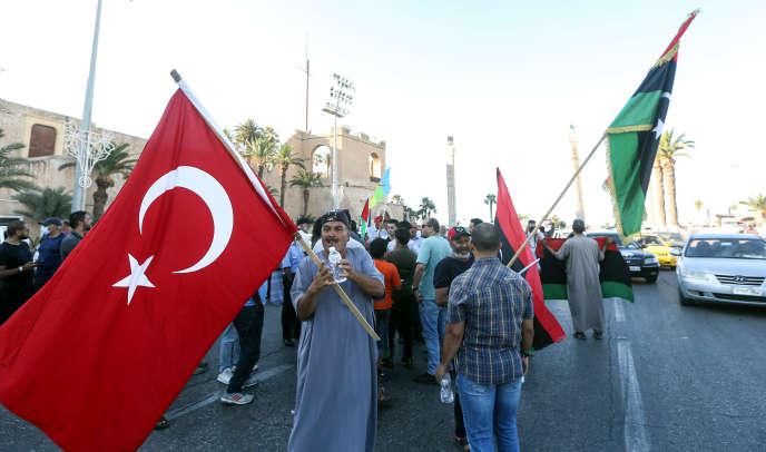 Des manifestants agitent des drapeaux de la Libye et de la Turquie, place des Martyrs, à Tripoli, en Libye, le 21 juin.