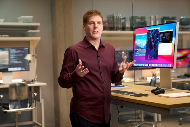 Andreas Wendker, vice-président en ingénierie logicielle, présente un ordinateur doté d'un prototype de processeur Apple, en Californie, le 21 juin.