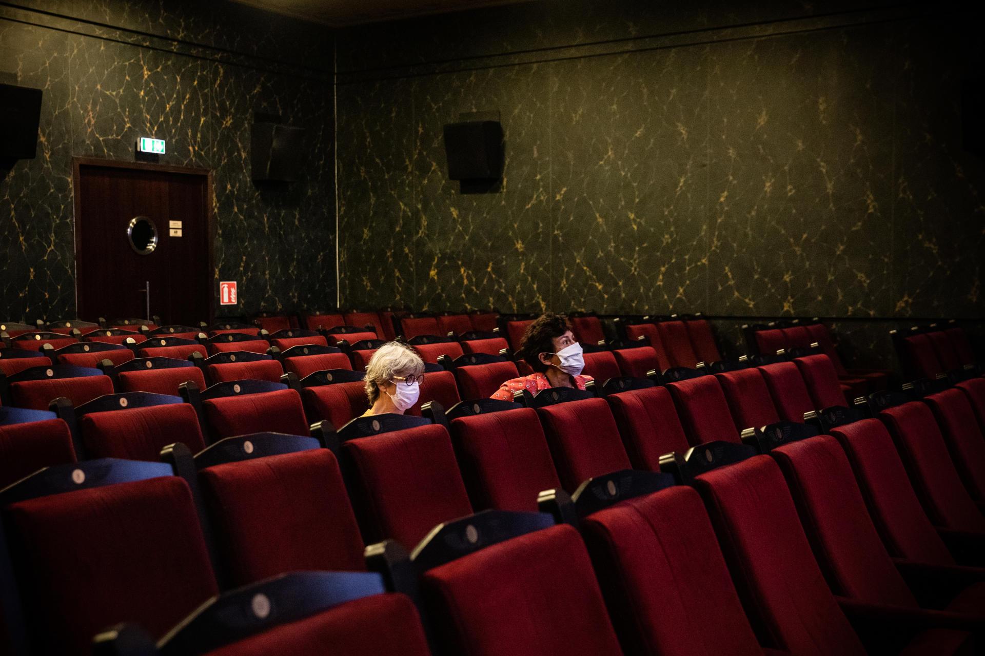 Elizabeth et Catherine sont venue assister à la première séance de projection du cinéma Le Louxor, à Paris le 22 juin. «On habite pas loin et Le Louxor est une salle qu'il faut soutenir, parce que la programmation y est excellente et que le lieu lui-même est magnifique. C'est une journée marquée d'une croix blanche: on se devait d'être là!», précise Elizabeth. Catherine renchérit: «On est de vraies fans de cinéma et les salles nous manquaient vraiment, parce que le virtuel sur petit écran ou sur la télé, ça suffit pas. Pour le cinéma, c'est en salle, et Le Louxor est un des plus beaux cinémas que je connaisse pour fêter cette réouverture.»