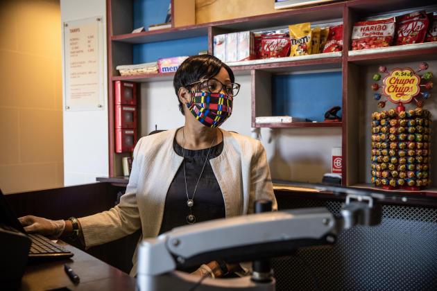 Sabine, agent d'accueil au cinéma Le Louxor. «On a des nouvelles règles à appliquer comme tout le monde. On doit porter le masque toute la journée, par exemple, mais ça fait tellement de bien de rouvrir et de revoir tous nos spectateurs, c'est comme un libération!»