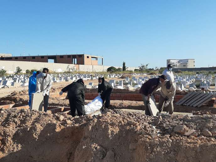 Enterrement des derniers corps du naufrage du 4 juin repêchés par les autorités tunisiennes, à Sfax.