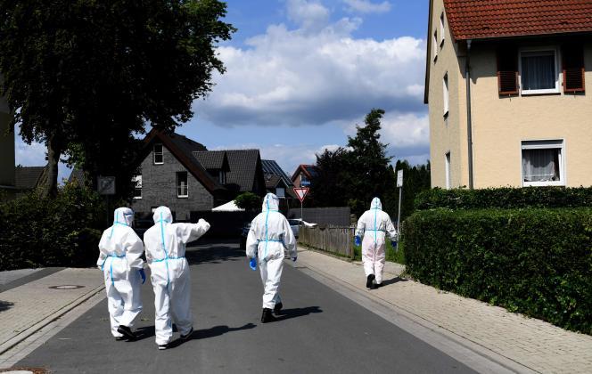 Des employés d'une unité mobile de dépistage de la Croix-Rouge allemande et de la Bundeswehr (l'armée) effectuent des tests de Covid-19 auprès des habitants de Wiedenbrück, dans l'ouest de l'Allemagne, le 22 juin 2020.