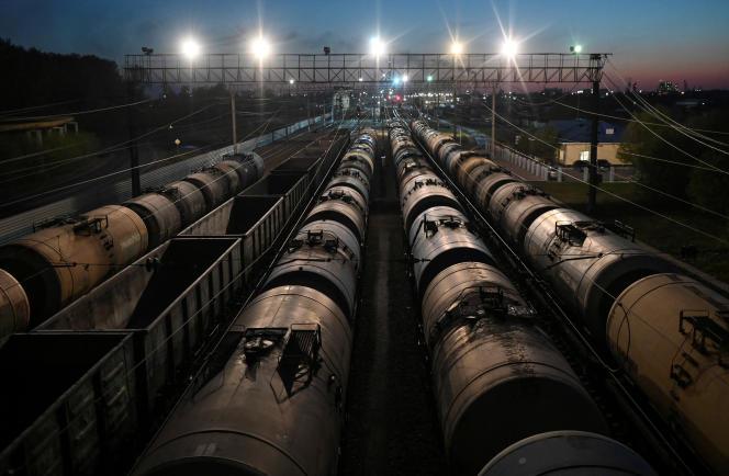 Des trains de fret transportant du pétrole, à Omsk (Russie), le 1er mai.
