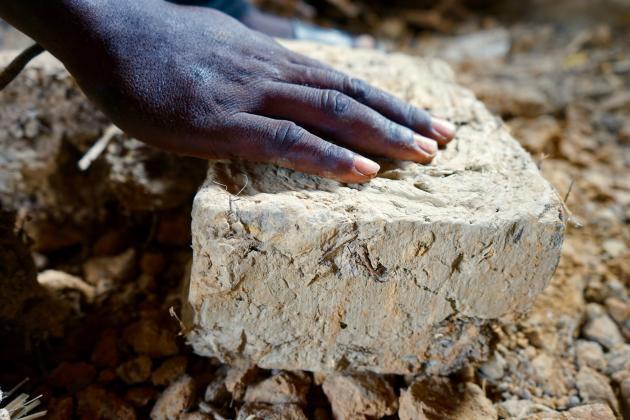 Une brique en banco, fabriquée à partir de terre crue moulée et séchée au soleil.