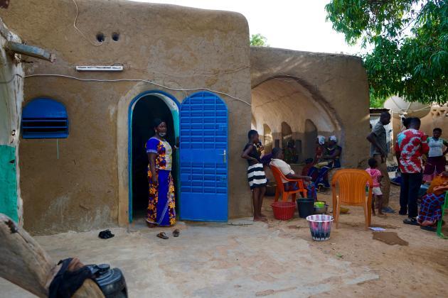 Dans la cour de la famille Youlou, les voisins ou simples curieux sont nombreux à passer pour profiter de la fraîcheur des murs en voûte nubienne.