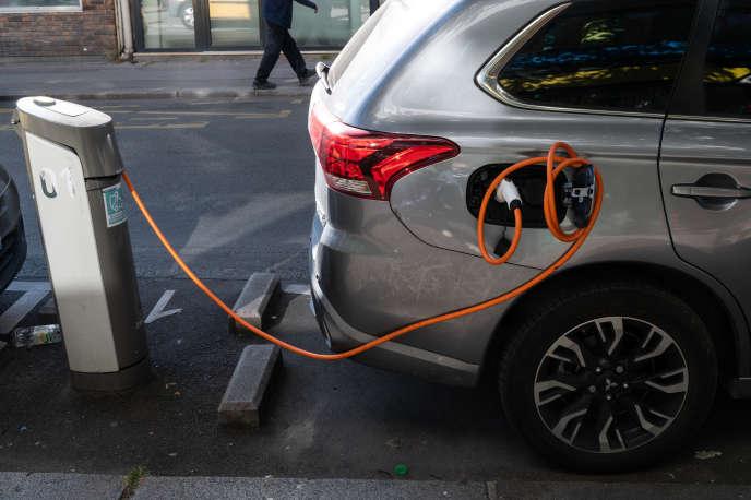 Une borne de recharge de voiture électrique, à Paris, le 19 mai.