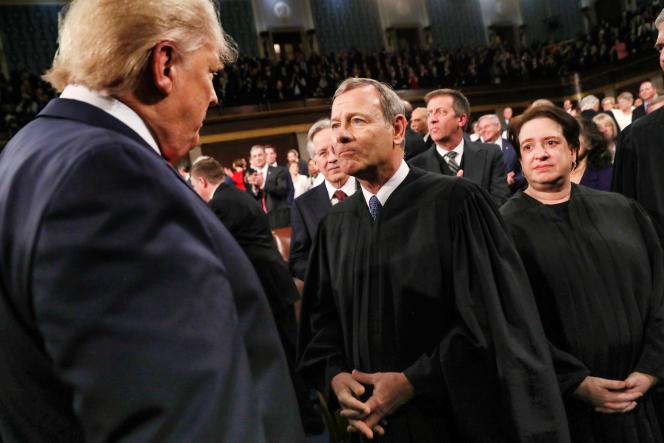 Donald Trump (de dos) et le juge John Roberts, le 4 février, au Congrès, à Washington.