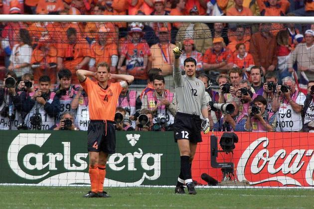 Le Néerlandais Frank de Boer et le gardien italien Francesco Toldo, le 29 juin 2000, à l'Arena d'Amsterdam.