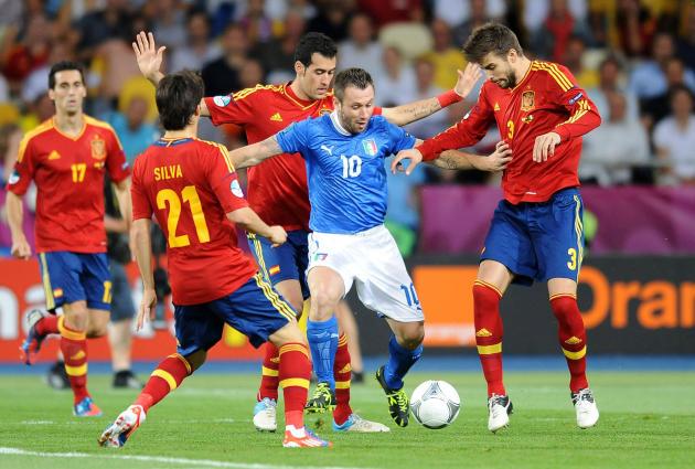 L'Italien Antonio Cassano cerné par les Espagnols, le 1er juillet 2012, à Kiev.