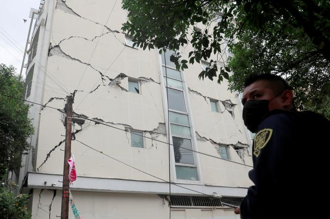 Un edificio se agrietó tras el terremoto en la Ciudad de México (México), el martes 23 de junio.
