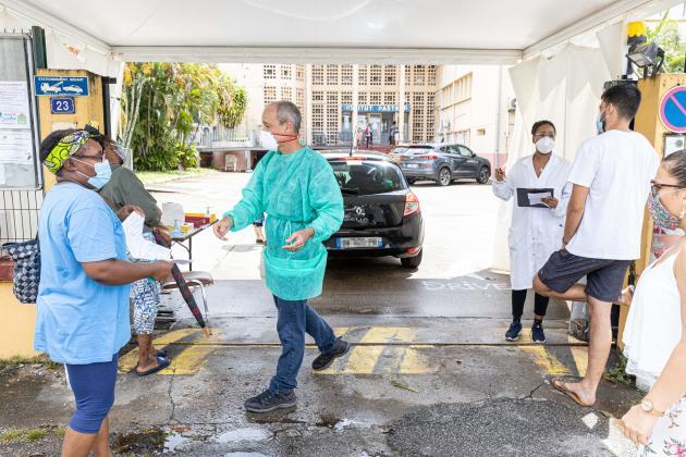 « Drive-tests»au Covid-19 devant l'Institut Pasteur de Guyane, à Cayenne, le 23 juin.