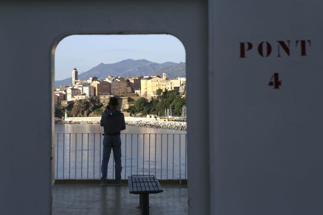 Un homme sur le pont d'un ferry, à son arrivée à Bastia, en Corse, le 1er juin.