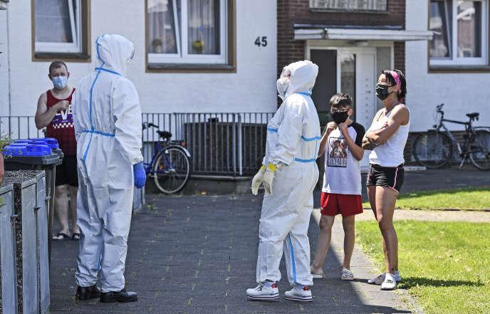 Des tests sont réalisés pour identifier de nouveaux cas de Covid-19 à Verl, enAllemagne, le 23 juin.
