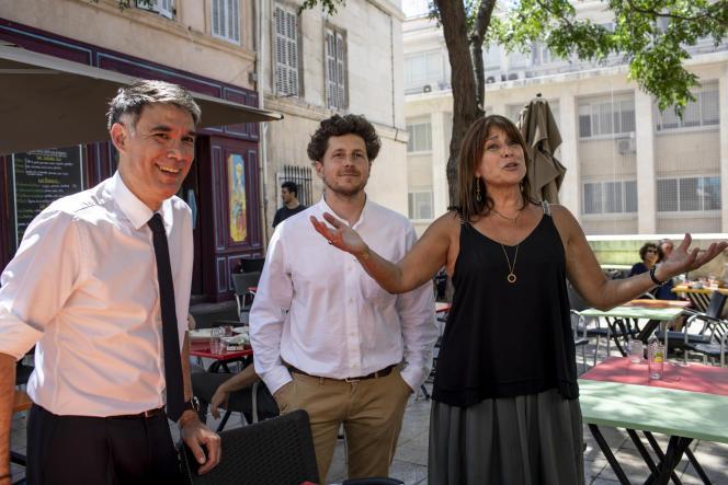 La candidate du Printemps marseillais, Michèle Rubirola (à droite), accueille Julien Bayou, secrétaire national d'EELV etOlivier Faure, secrétaire nationale du PS, à Marseille, le 22 juin.