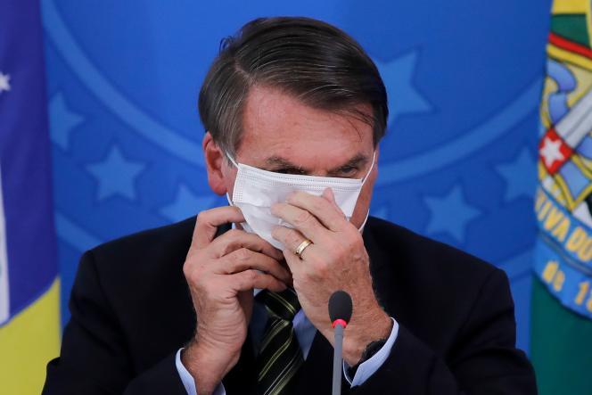 La justice a décidé qu'une amende serait infligée àJair Bolsonaro s'il apparaissait à nouveau en public sans le masque exigé par un décret en vigueur dans le district fédéral de Brasilia.