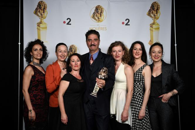 Simon Abkarian et les comédiennes de la pièce «Electre des bas-fonds» célèbrent leurs prix au Théâtre du Châtelet, àParis, le 21juin.