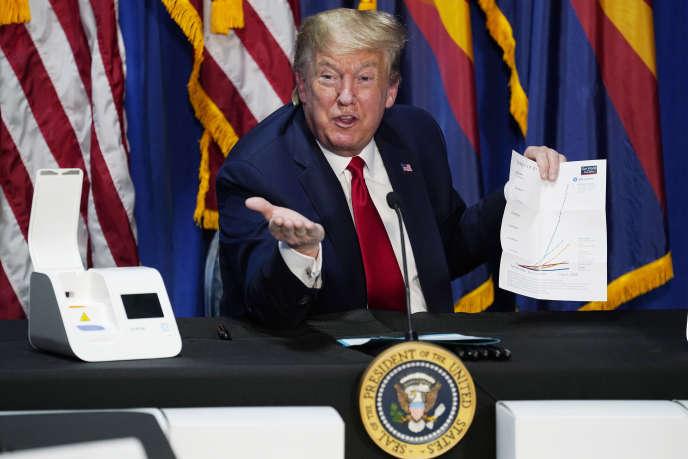 Donald Trump, ici lors d'une table ronde à Phoenix le 5 mai, a signé un décretgelant plusieurs types de visas de travail, le 22 juin.