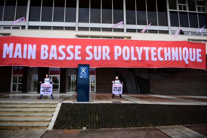Des activistes de Greenpeace manifestent devant l'école Polytechnique de Palaiseau, le 12 mars 2020.