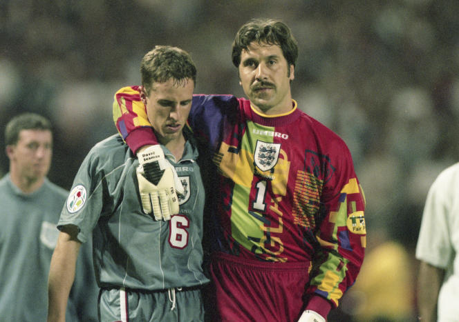 Gareth Southgate (à gauche) enlacé par David Seaman après la défaite de l'Angleterre aux tirs au but contre l'Allemagne en demi-finale de l'Euro, le 26 juin 1996, sur la pelouse de Wembley, à Londres.