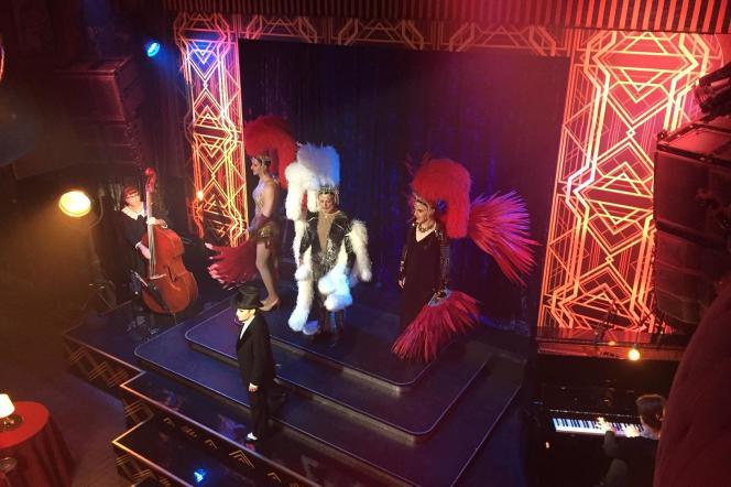 La troupe du Français dans un hommage au Paris gay de l'entre-deux-guerres.