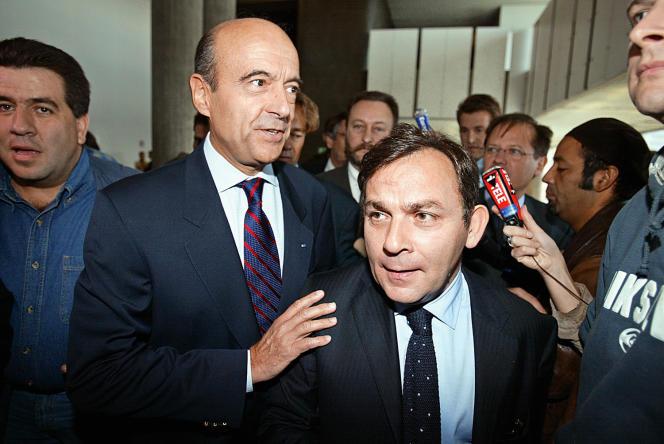 Francis Szpiner avec Alain Juppé, dont il fut l'avocat dans l'affaire des emplois fictifs du RPR, le 29septembre 2003, au palais de justice de Nanterre.