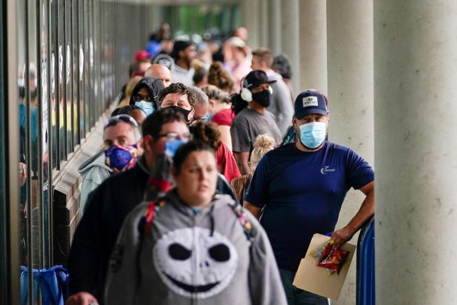 Des centaines de personnes attendent devant un centre de carrières pour s'inscrire au chômage, à Frankfort (Kentucky) aux Etats-Unis, le 18 juin.