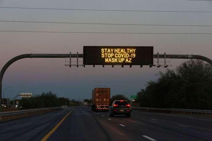 Un panneau d'information routière sur une route d'Arizona recommande de porter le masque.