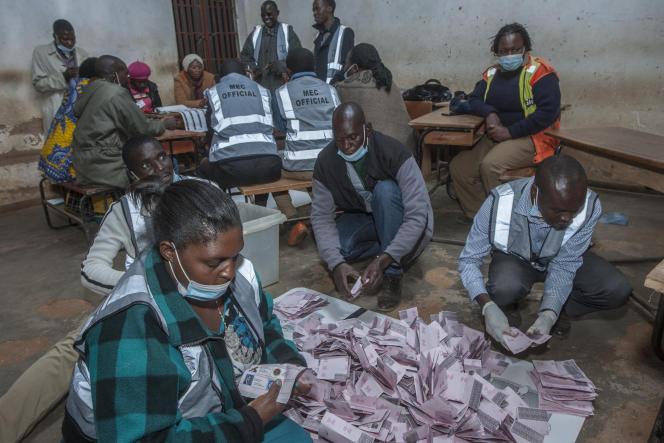 Début du dépouillement à Lilongwe, la capitale malawite, le 23 juin 2020