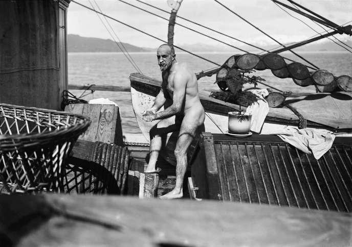 Louis Charcot sur le pont du «Pourquoi Pas ?», en février 1909.