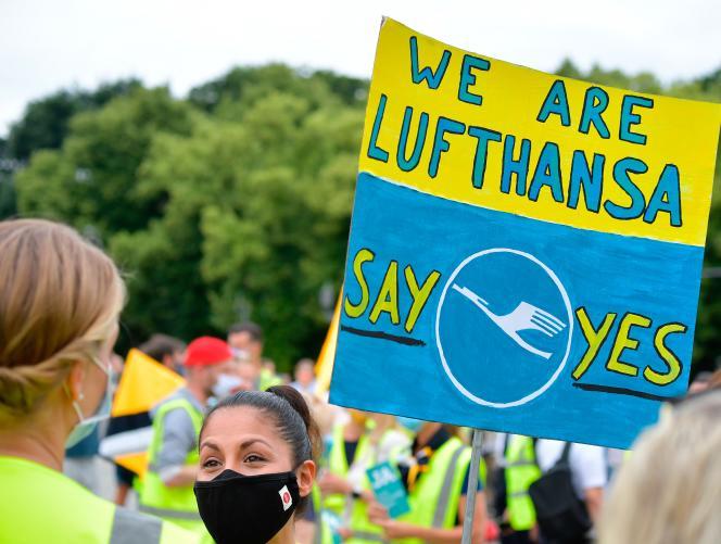 Des employés de Lufthansa apportent leur soutien au plan de sauvetage de la compagnie aérienne allemande, à Berlin, mercredi 24 juin.