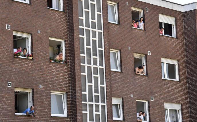 Des employés de l'abattoir Tönnies et leurs familles sont mis en quarantaine, à Verl, en Allemagne, le 23 juin.