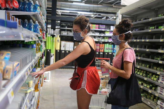 Dans certains domaines, la crise a eu tendance à peser sur le porte-monnaie des consommateurs (ici, des clients dans un supermarché à Mayotte, le 21 mai).