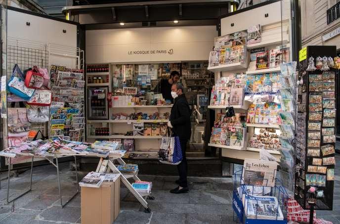 Dans un kiosque, à Paris, le 9 avril.