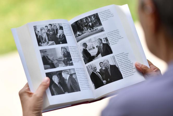 Une femme lit le livre de John Bolton,«The Room Where it Happened» («La pièce où ça s'est passé»), à Los Angeles, le 23 juin.