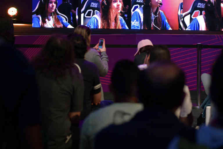 Female gamers play on a giant video screen during the Game XP event at the Olympic Park in Rio de Janeiro, Brazil on September 7, 2018. - The four day event aims to be the largest video gaming event in Latin America and attracts computer gamers and comic book enthusiasts. (Photo by CARL DE SOUZA / AFP)
