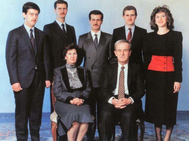 La famille Assad, en 1985. Hafez Al-Assad et sa femme, Anissa Makhlouf. De gauche à droite, leurs enfants : Maher,Bachar,Bassel, Madjid et Bouchra.