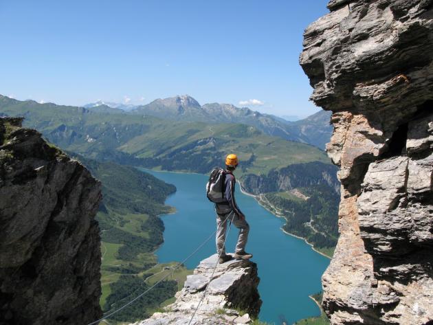 La via ferrata du Roc du vent, une des plus impressionnantes de Savoie, offre une vue époustouflante, avec le mont Blanc en toile de fond.