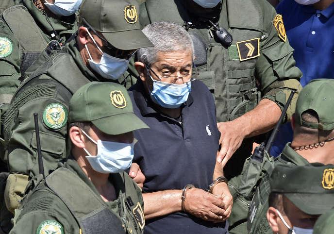 L'ancien premier ministre algérien Ahmed Ouyahia, qui purge une peine de quinze ans de prison pour corruption, est escorté par la police après avoir assisté aux funérailles de son frère, à Alger, le 22 juin 2020.