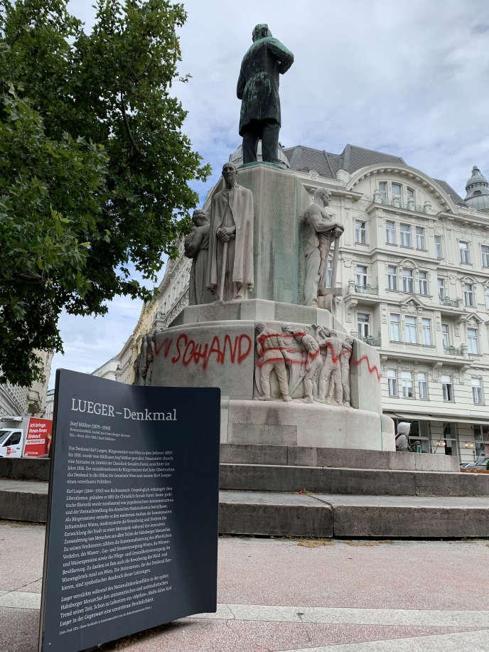 Statue de l'ancien maire de Vienne Karl Lueger dégradée par des militants lui reprochant ses thèses antisémites, à Vienne, en juin.