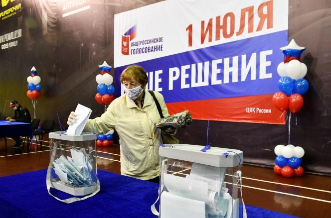Une électrice russe à Vladivostok, le 25 juin.