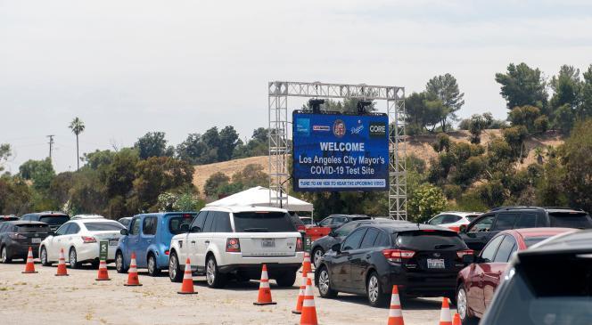Une file de voitures attend au centre de tests de Covid-19 au Dodger Stadium, à Los Angeles, le 25 juin 2020.