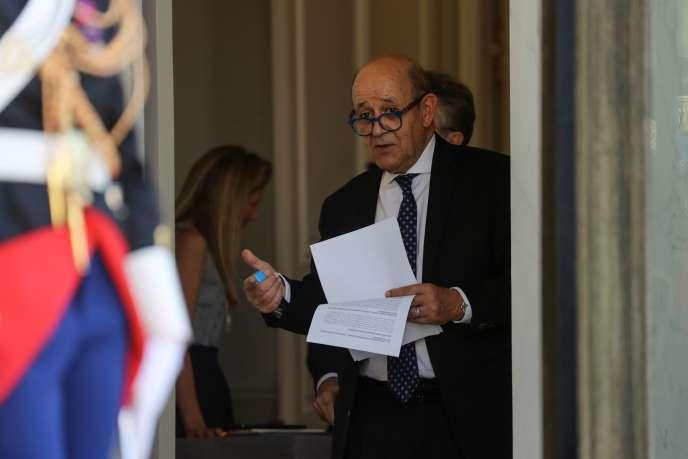 Le ministre des affaires étrangères Jean-Yves Le Drian avant l'arrivée du président tunisien, Kaïs Saïed, au palais de l'Elysée à Paris, le 22 juin.