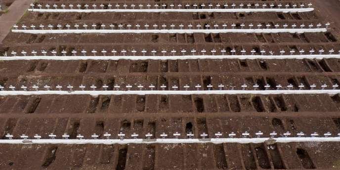 Vue aérienne d'un cimetière de Santiago, au Chili, le 23 juin.