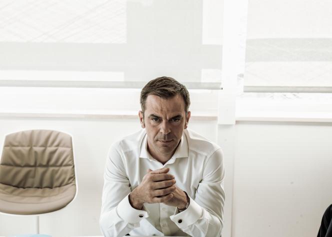 Olivier Véran dans son bureau au ministère de la santé à Paris, le 24 juin.