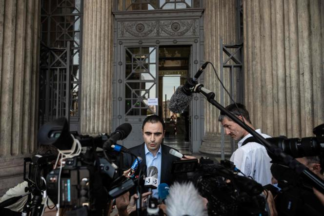 Le directeur juridique de Merck, Florent Bensadoun, s'adresse aux journalistes devant le tribunal de Lyon, le 25 juin.